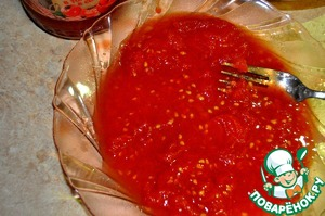 9) Тем временем помидоры чистим от кожицы и разминаем вилкой.