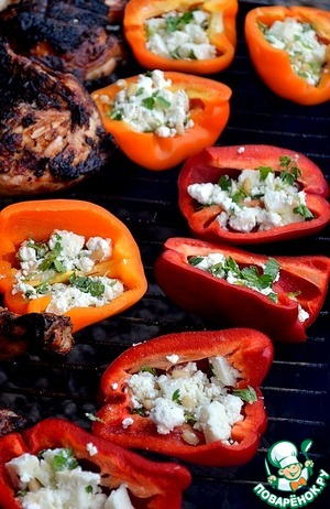 Peppers put on the grill and waiting for it to bake to softness of the walls, and the cheese filling will melt.