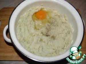 Добавляем яйцо, специи, перемешиваем