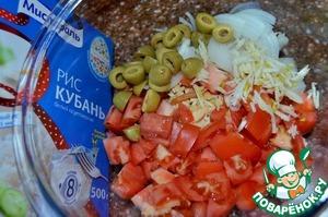 Оливки порезать пополам, в салатник.