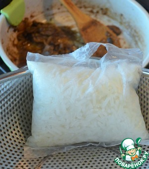 The rice is ready.  Carefully remove to drain the water.