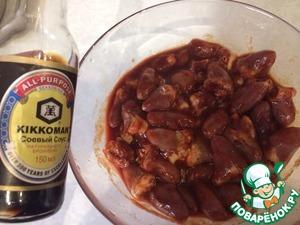 Куриные сердечки замариновать в соевом соусе и томатной пасте, дать постоять 30 минут.