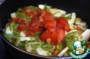 Добавить помидор, посолить, перемешать, жарить 5 минут без крышки, затем накрыть и тушить на слабом огне минут 15.