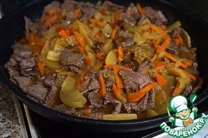 Когда овощи будут готовы, выложить их в сковороду с говядиной, добавить устричный соус, все перемешать, дать овощам и мясу обменяться вкусами, поперчить, если нужно – добавить соли – и выключать.