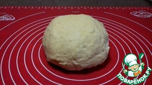 Should be a pretty soft dough that holds its shape well. The kneaded dough cover and leave for 20 minutes to rest. During this time, to relax the gluten of flour, the dough will be easier to knead.