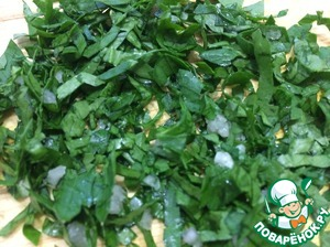 Порубить зелень и чеснок как можно мельче, перемешать, и ещё раз вместе порубить. Нарезать сливочное масло брусочками.