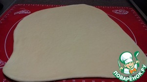 Roll the dough into a thickness of 1cm.