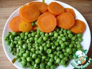 Нарезанную кружочками морковь отварить в подсоленной воде 5 минут. За одну минуту до снятия с огня моркови добавьте зеленый горошек.