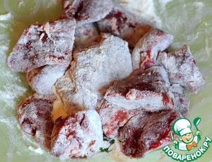 В это время печень нарезать на крупные куски, посолить, поперчить и обвалять в муке.