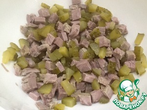 In the presence of boiled beef or baked, salad be prepared very quickly.  Cut meat small cubes. Also cut a pickle.