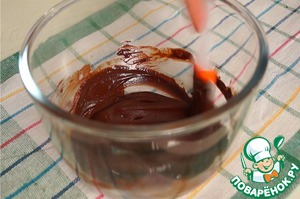 4. Meanwhile, prepare the glaze: chocolate and butter to melt in a water bath, allow to cool slightly