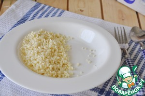 Ready millet in a bag, take out the plug, pour millet on a plate.