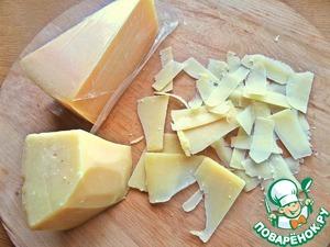 Твёрдый сыр нарезать слайсами. У меня литовский пармезан.