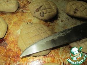 Выложить на слегка подмазанный противень. сделать насечки ножом. Для облегчения жизни сначала все насечки в одну сторону, затем перпендикулярно в другую. Тогда поддон не надо вращать с каждой лепёшкой.