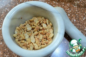Peanuts to roast, scrub and lightly pound in a mortar.