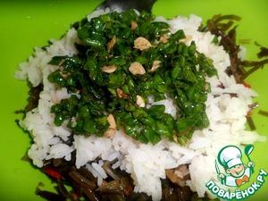 Рис вынуть из кипятка, окунуть в холодную воду на минуту, отжать, раскрыть пакетик и выложить на капусту, сверху выложить зелень. Перемешать.