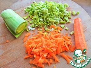 Морковку натереть, лук измельчить.