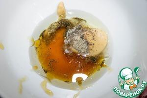 Готовим соус. В миске смешиваем дижонскую горчицу, лимонный сок, мед, оба вида масла, соль и перец.