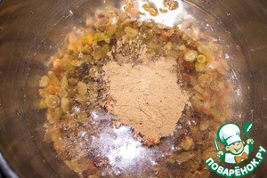 В кастрюлю наливаем воду, кладем изюм, добавляем патоку (я использовала свекольную), соль и пряности. Ставим на огонь.
