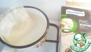 Итак, ставим воду для риса кипятится, и одновременно подготавливаем остальные ингридиенты:    Лук мелко нарезаем;   Яблоко трём на тёрке;   Брокколи разбираем на небольшие соцветия;   Подготавливаем печень, промываем и отрезаем все лишнее.   Вода закипела, опускаем пакетики с рисом в воду, засекаем 15 минут и приступаем..