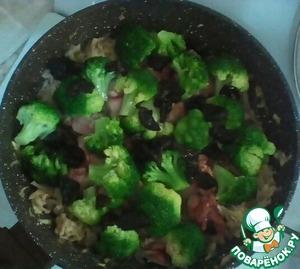 .. пока нарезаю чернослив, который также добавляю к печени и овощам. Чернослив можно добавить и целиком.   Солим, перчим, добавляем специи по вкусу. Но, на мой взгляд, здесь достаточно только посолить.
