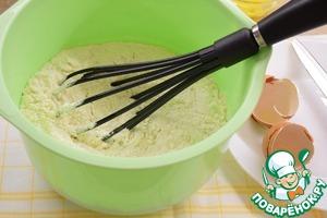 Добавить просеянную муку, хорошо перемешать тесто, чтобы не было комочков.