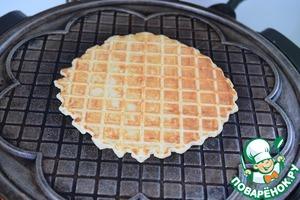 Хорошо разогреваем вафельницу, выливаем в центр по 3-4 ст. л. теста и выпекаем вафли до готовности.