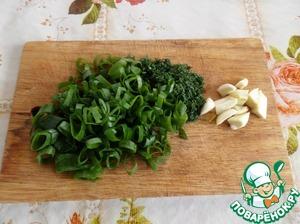 Пока варится рис, нарезаем зелень и чеснок.