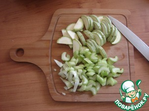 Then follow in order the vegetables. Vegetables cut into arbitrarily as you like. Cut celery and zucchini sent to the pan.