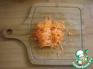 Grate the carrots. Young carrots can simply be cut. Send the same direction.