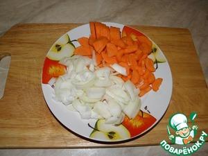 Морковь нарезать дольками, кубиками, лепестками.., лук полукольцами