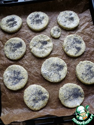 Spread out on a Mat on the sheet, slightly brush with milk and sprinkle the top with poppy seeds.