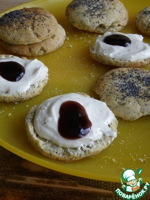 While scones are cooling, ricotta and whisk in powdered sugar, vanilla extract and sour cream until smooth. Spread a spoonful of cream on the bottom halves of the scones, spread the top with the spoon blueberry jam. Cover with second half and put a little jam on top of another.