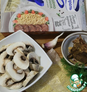 Cut the mushrooms slices, onion small cubes.  Millet in a pot with boiling salted water and cook until tender.