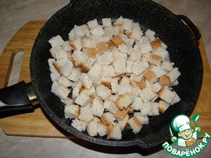 Dry (preferably deep) pan to heat, put the chopped small cubes of bread