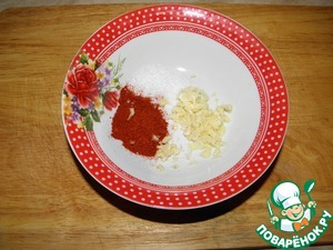 Prepare the garlic-pepper dressing: paprika, salt, passed through garlic press