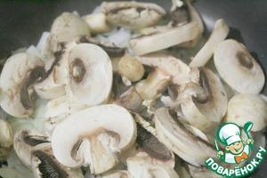 Добавить к луку шампиньоны и обжарить до готовности.   На этом этапе можете добавить копчености или мелко порезанные отварные мясные продукты.