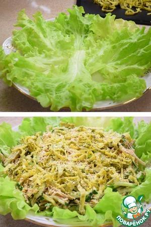 """На блюдо выкладываем листья салата, """"подружившийся"""" салат из холодильника, сверху порезанный лапшой блин и посыпаем все кунжутом."""