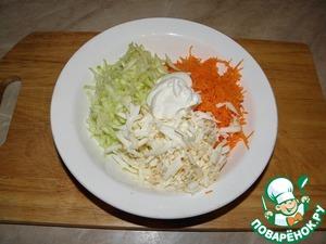 Морковь очистить, натереть на мелкой терке,    кабачок - на крупной терке, слегка отжав сок,    колбасный сыр на крупной терке,    добавить чуть соли (если потребуется),    добавить майонез по вкусу (немного)