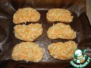 Выложить сырно-овощную смесь на тонкие кусочки хлеба