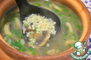 Дать стечь, разрезать и всыпать в грибной суп.