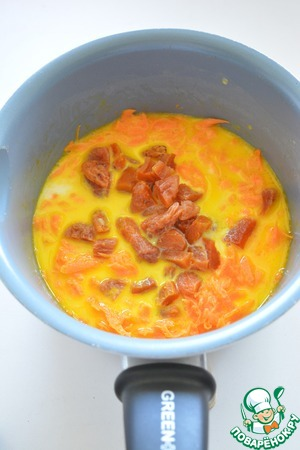 К моркови добавьте молоко, столько, чтобы оно только покрыло её (100-150 мл). Добавьте соль, сахар, курагу и тушите еще 15 минут на медленном огне, постоянно помешивая.
