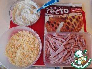 Подготовим продукты для слоек. Тесто слоеное, у меня два пласта (1 упаковка). Сыр натереть на терке, ветчину порезать соломкой. Чеснок и укроп измельчить, перемешать с майонезом.