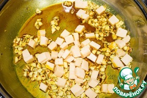 Add the cheese cubes and mix well, keeping on the heat for another minute.