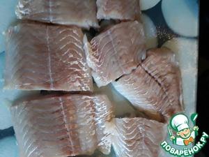 Моем рыбное филе, промокаем бумажной салфеткой от влаги и нарезаем на порционные кусочки.
