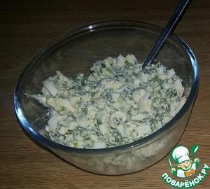Варёные яйца и лук покрошить и смешать с солью и сливочным маслом