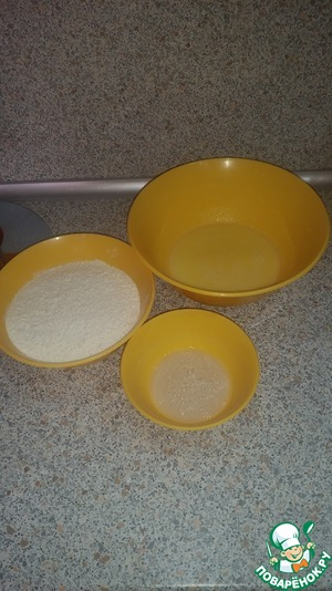 Add the yeast. Pour the sifted flour and knead the dough. Very well egged him to release as many air bubbles, then the bread will turn out soft and airy.