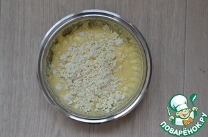 Granular cheese Porirua blender, add to eggs and whisk. There also send the zest and orange juice, whisk again.