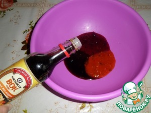 """In a Cup put hot sauce """"Sweet Chile"""" mashed with sugar, cranberries and soy sauce """"Wok for stir-frying"""" TM """"Kikkoman""""."""