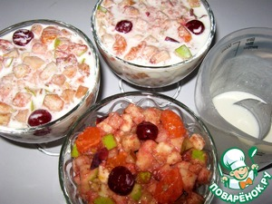 Sort kremanku. In yogurt dissolve the sugar and pour the dessert. Optional instead of sugar you can add honey and use any berries and fruits. Decorate as desired.